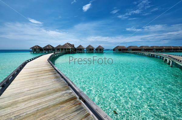 Фотография на тему Красивый пляж с водными бунгало
