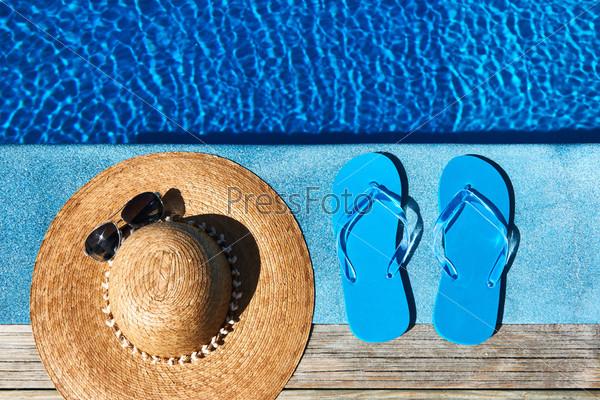 Фотография на тему Синие тапочки и шляпа у бассейна