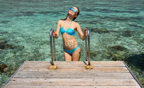 Женщина на пляже, Мальдивы