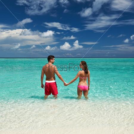Пара на пляже на Мальдивах
