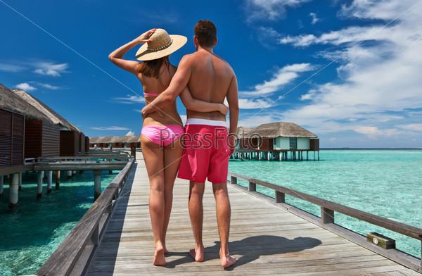 Пара на пирсе на Мальдивах