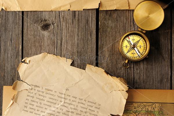 Антикварный компас на старой карте