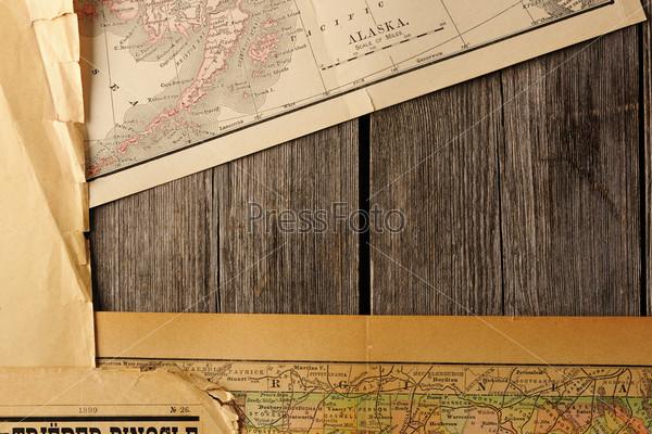 Старые рваные карты на древесном фоне