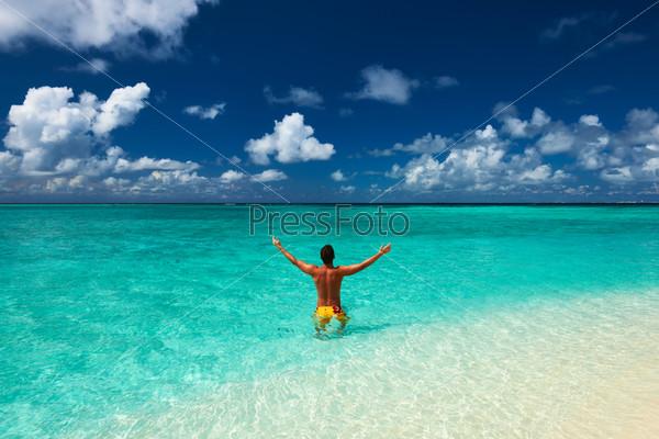 Фотография на тему Мужчина на тропическом пляже