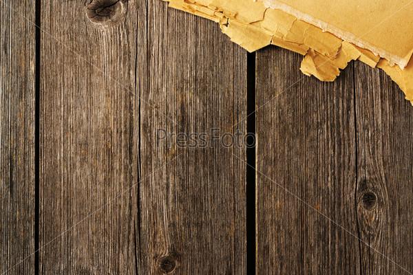 Фотография на тему Брывки старой бумаги на древесном фоне