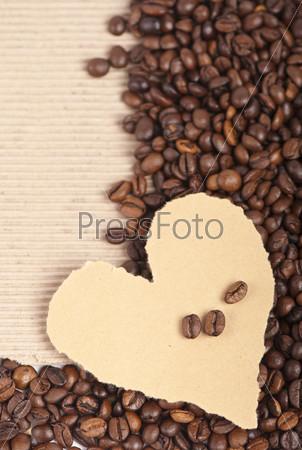 Кофейные зерна и бумажное сердце
