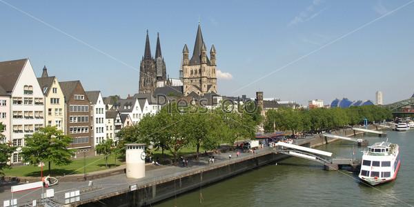 Панорама Кельна с готическим собором и рекой Рейн. Германия