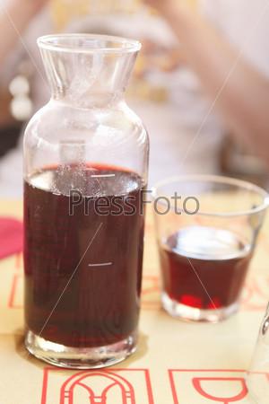 Красное вино в кувшине