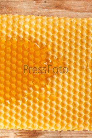 Свежий мед в сотах