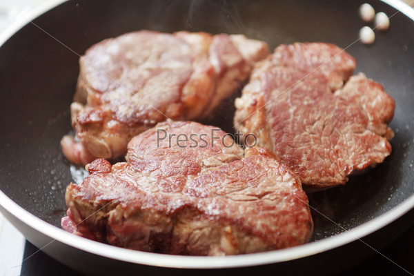 Стейк из говядины в сковороде