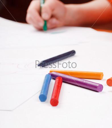 Рука ребенка рисует
