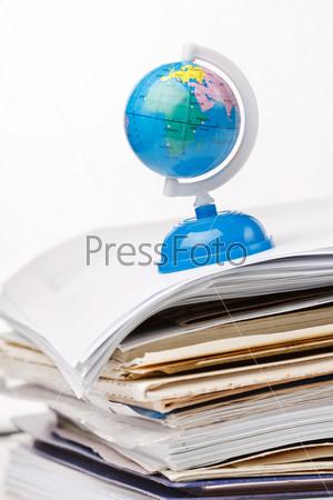 Глобус на стопке бумаги