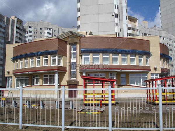 Современное здание детского сада