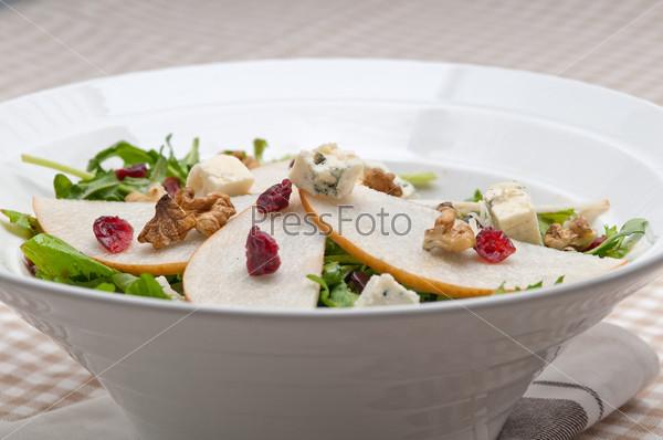 Фотография на тему Свежие груши, руккола, сыр горгонзола в салате