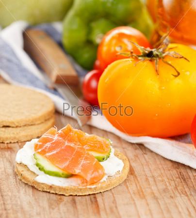 Фотография на тему Свежие овощи и овсяное печенье