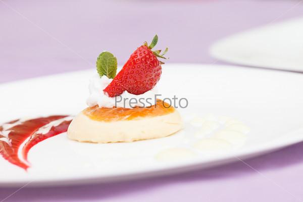 Итальянский десерт панна котта с клубникой