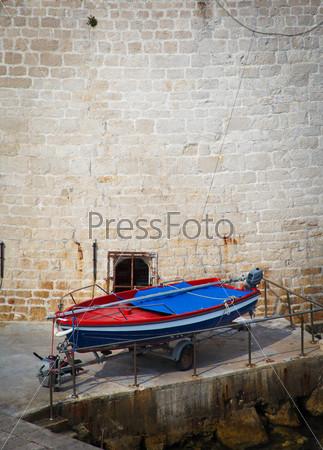 Фотография на тему Красочная рыбацкая лодка