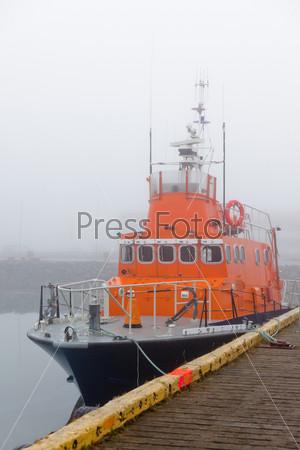 Фотография на тему Рыболовные суда в гавани туманным утром