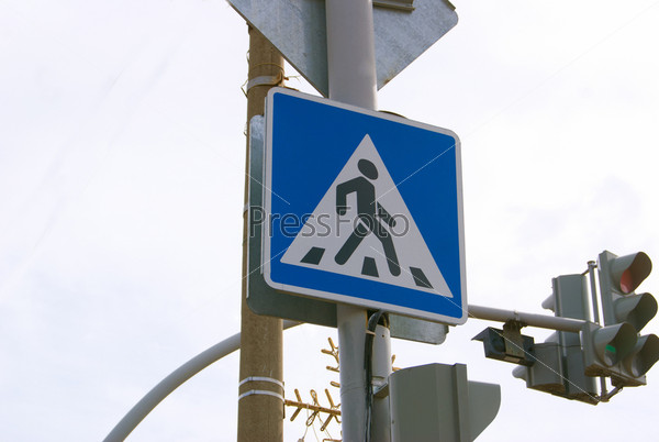 Дорожный знак: пешеходный переход и светофор