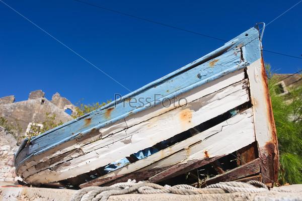 Гниющая рыбацкая лодка