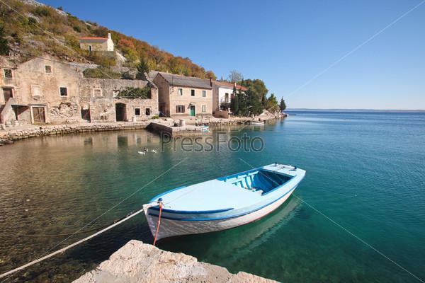 Лодка в рыбацкой деревне