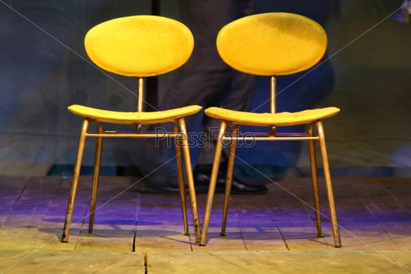Два желтых стула на сцене