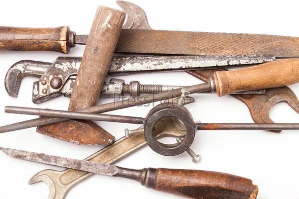 Старый металлический ручной инструмент с ржавчиной на белом фоне