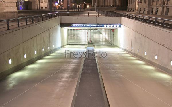 Фотография на тему Вход в подземный гараж, Берлин, Германия