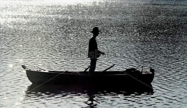 Силуэт рыбака