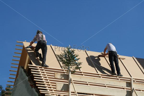 Кровельщики на крыше