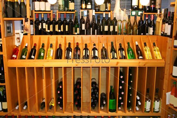 Вино на прилавке в винном магазине