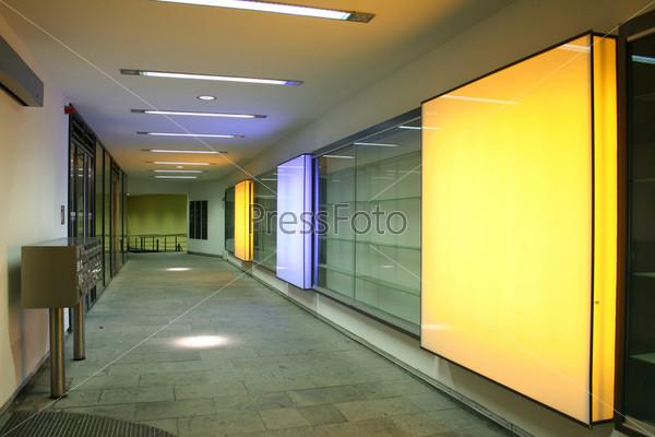 Фотография на тему Коридор с квадратными оранжевыми лампами