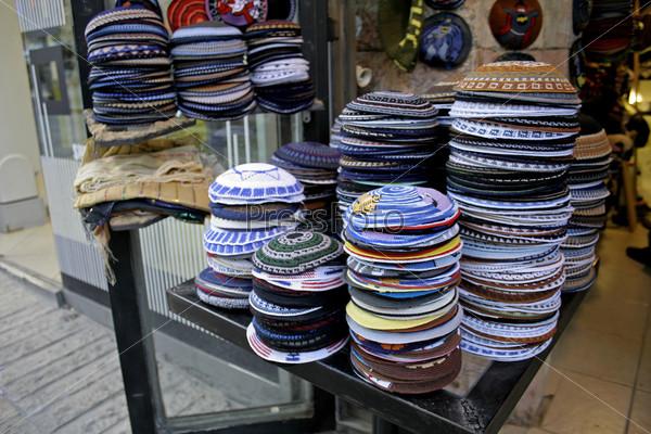 Стопки кип на прилавке магазина, Иерусалим