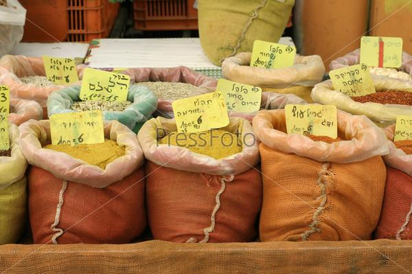 Смешанные специи в мешках на рыночном прилавке