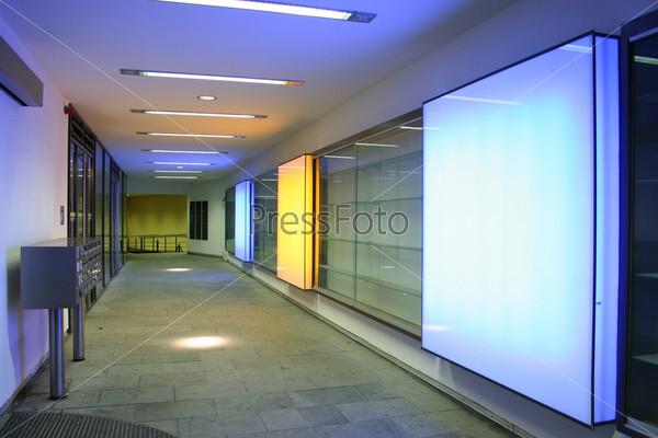 Фотография на тему Коридор с квадратными лампами
