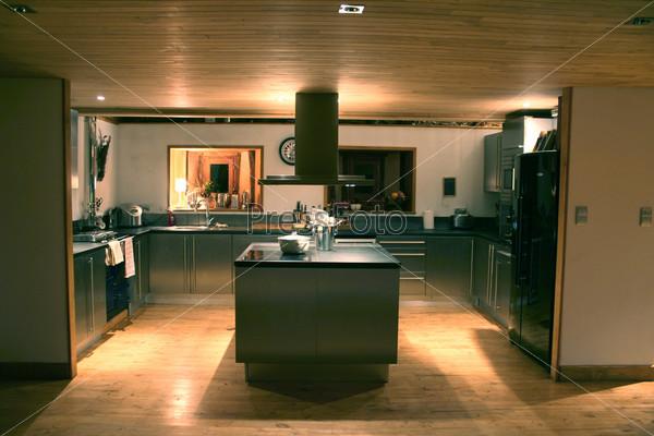 Современная кухня в ночное время