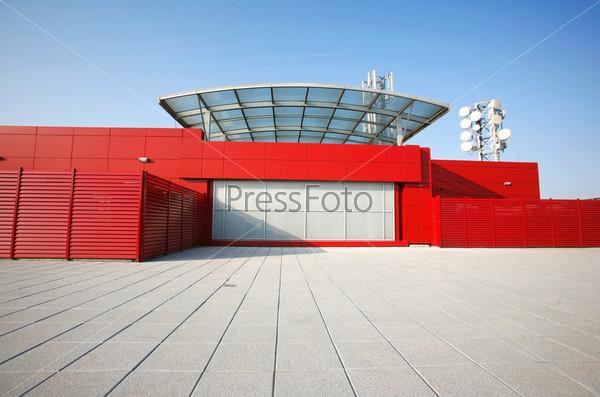 Красное здание в перспективе