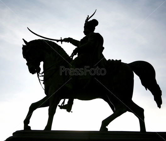 Силуэт памятника Йосипа Елачича на лошади на фоне вечернего неба на главной площади в Загребе, Хорватия