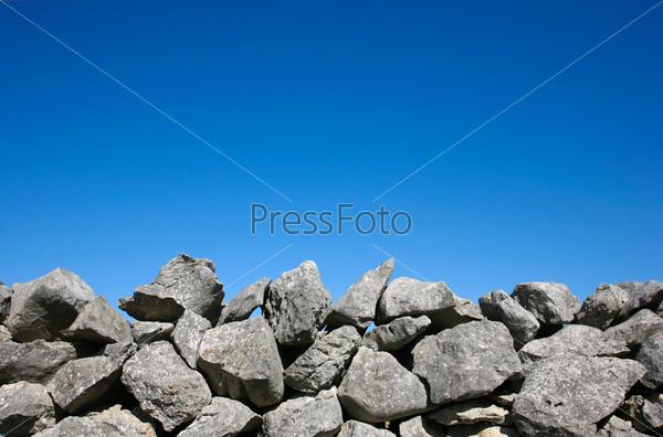 Каменная стена на фоне голубого неба