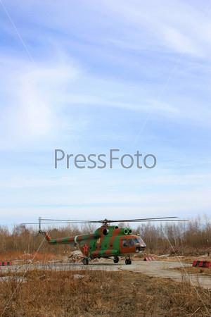 Фотография на тему Военный вертолет готовится к взлету