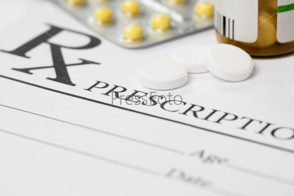 Рецепт и несколько таблеток на столе