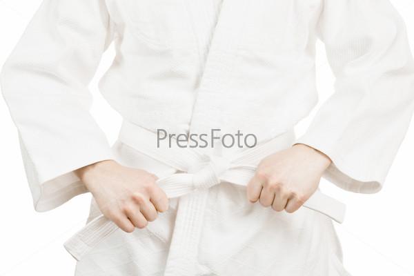 Боевые искусства. Борец завязывает пояс