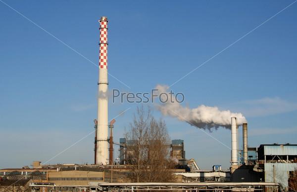 Дымящиеся трубы на заводе в Польше