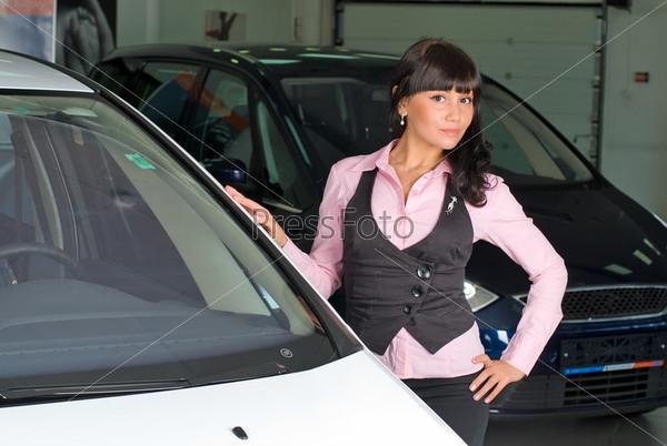 Молодая бизнес-леди в автомагазине