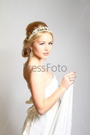 Портрет красивой молодой женщины-блондинки в греческом стиле, изолировано на сером фоне