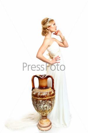 Красивая молодая женщина в греческом стиле и амфора на белом фоне