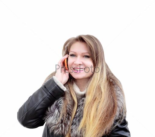 Девушка  улыбается и говорит по мобильному телефону. Изолировано на белом фоне