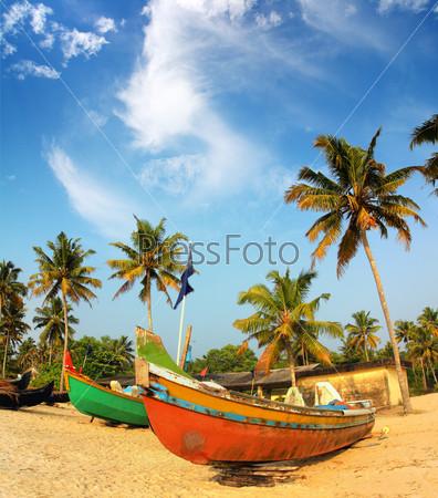Фотография на тему Старые рыбацкие лодки на пляже в Индии
