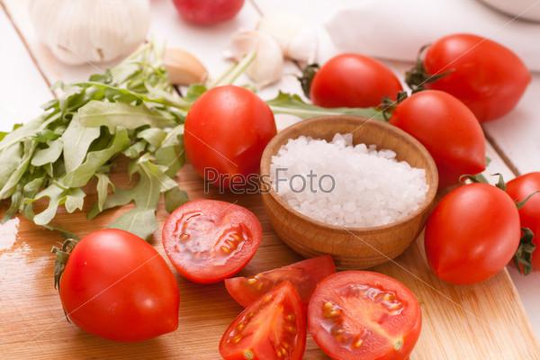 Нарезанные помидоры с рукколой