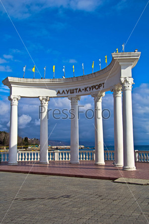 Колоннада у входа на пляж Алушты